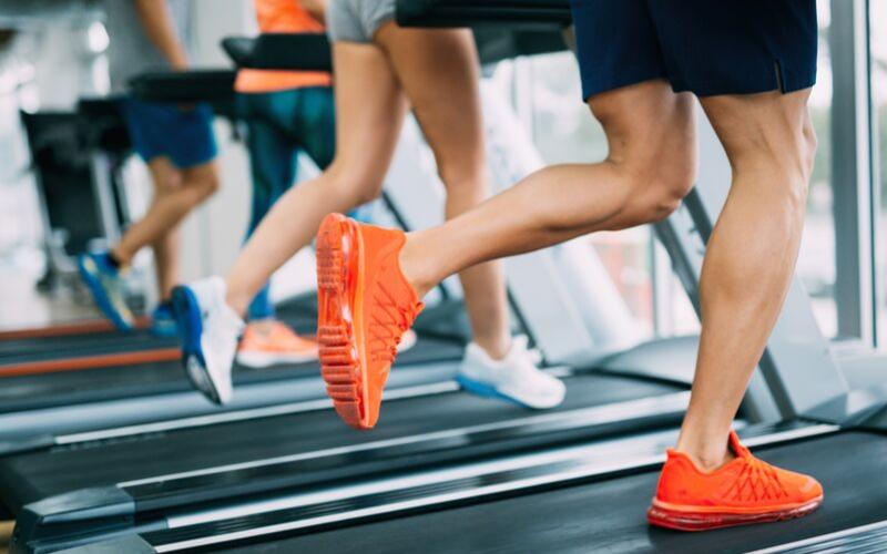 Czy warto biegać na bieżni? 9 sytuacji, gdy bieżnia jest idealnym wyborem.