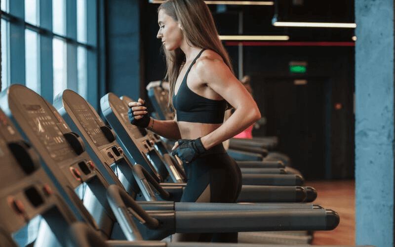 Jak biegać na bieżni? 8 zasad, które musisz poznać przed wejściem na bieżnię.
