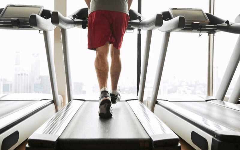 Bieganie na bieżni dla początkujących – 10 wskazówek, jak zacząć na niej biegać od zera