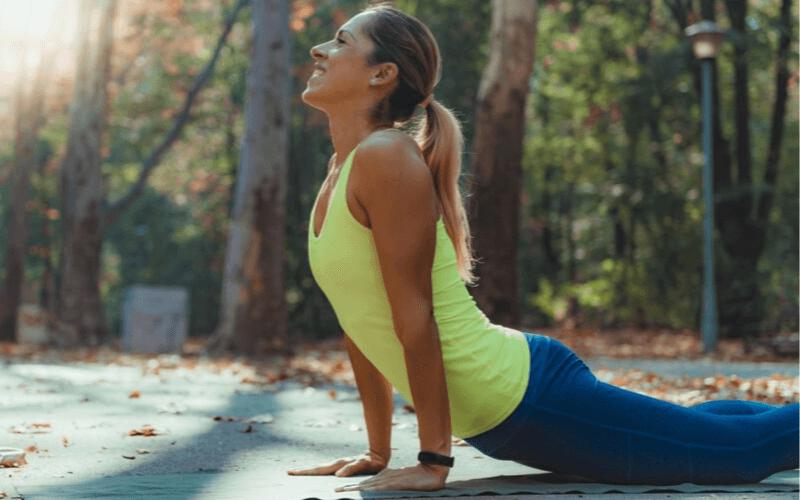 Ćwiczenia rozciągające dla biegaczy. Czym są? 13 przykładowych ćwiczeń.