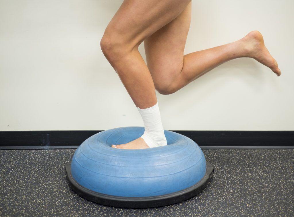 Ćwiczenia stopy - stanie na jednej nodze na Bosu