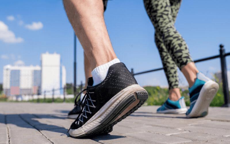 Buty do biegania na lato – w jakich butach biegać podczas upalnych wakacyjnych dni?