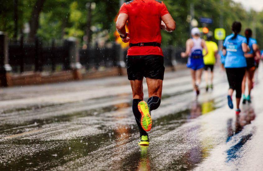 Jak biegać w deszczu? – 10 wskazówek na jesienne treningi