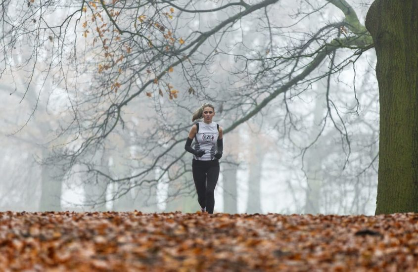 Jaki strój do biegania sprawdzi się jesienią? – 8 kroków do prawidłowego ubioru