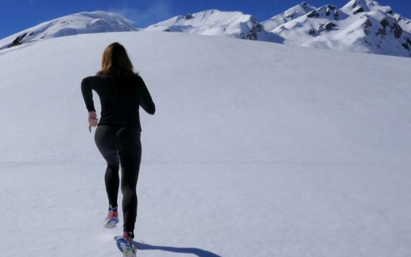 Strój do biegania zimą – Jak się odpowiednio ubrać na zimowy trening?