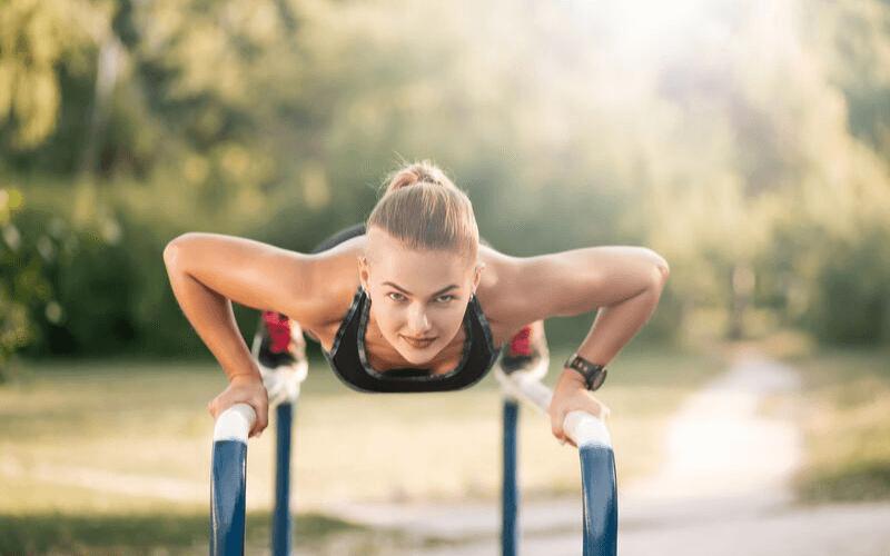 Ćwiczenia wzmacniające dla biegaczy – wykonuj te 8 ćwiczeń, by biegać dłużej i lepiej