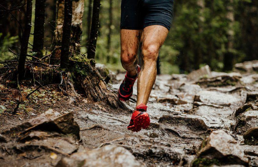 Trening wzmacniający nogi biegacza – 10 ćwiczeń, które wykonasz w domu