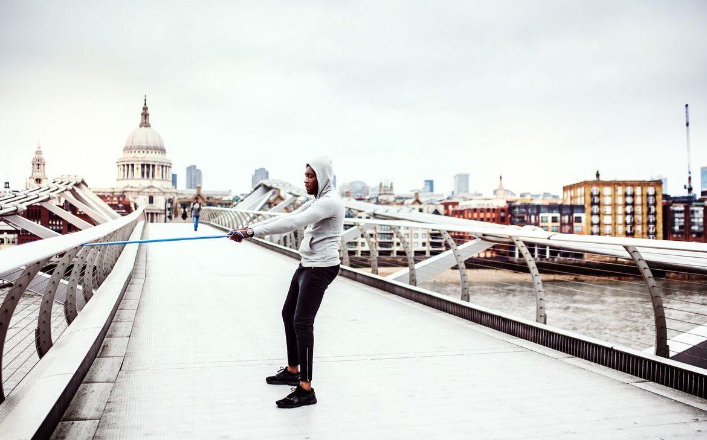 ćwiczenia z gumami na Millennium Bridge
