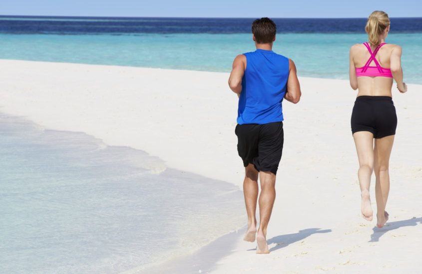 Czy bieganie boso jest lepsze od biegania w butach? 7 korzyści biegania na bosaka