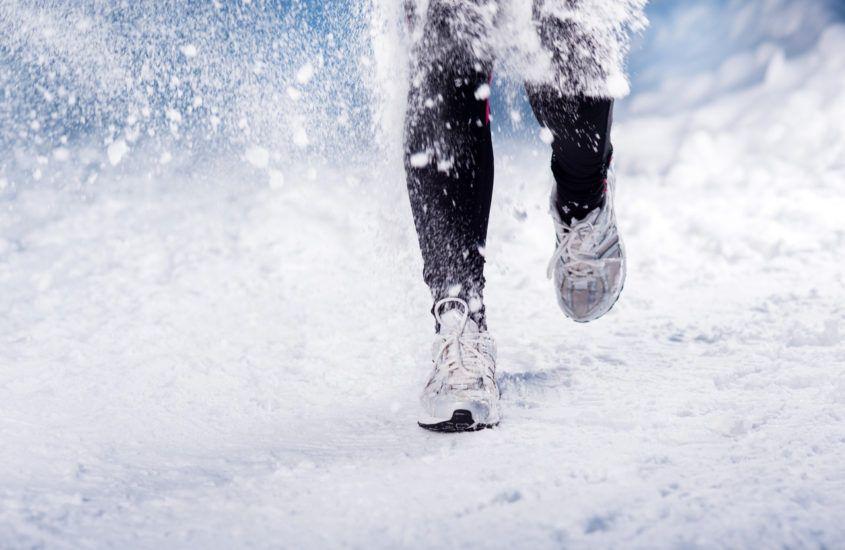 Bieganie po śniegu – 10 wskazówek bezpiecznego zimowego treningu