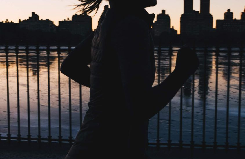 Bieganie nocą – dlaczego tak urzeka i jak się do niego przygotować?