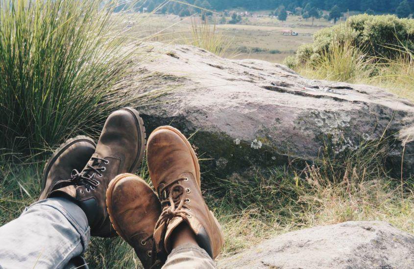 Buty ze skóry czy z materiałów syntetycznych – które lepiej sprawdzą się w górach?