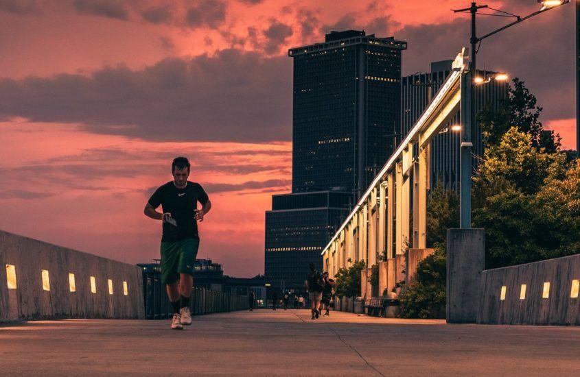 Biegi interwałowe. Jak spalić tkankę tłuszczową za pomocą treningu biegowego?