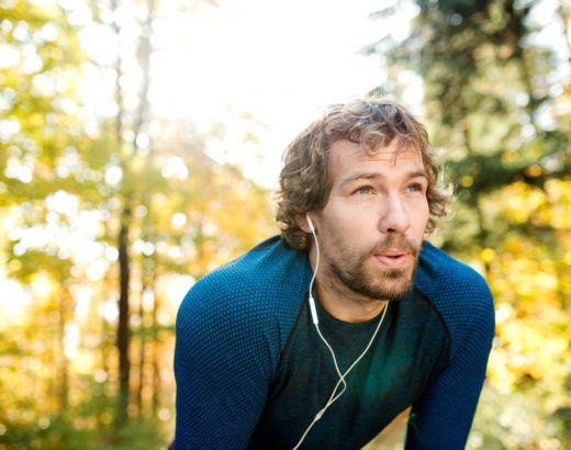jak zwiększyć pułap tlenowy bieganie - biegający mężczyzna na zewnątrz