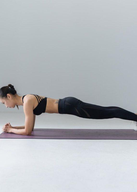 ćwiczenia core dla biegaczy - kobieta wykonująca plank