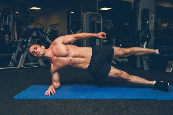 ćwiczenia stabilizacyjne dla biegaczy - mężczyzna wykonujący plank bokiem