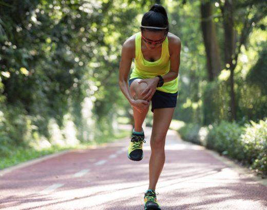 maść dla sportowców na urazy - biegaczka z bólem kolana podczas biegu