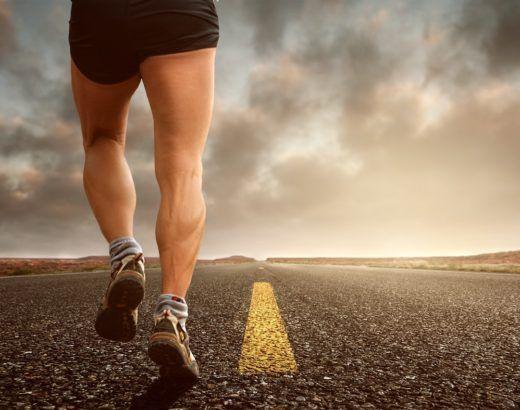 mięśnie nóg - budowa mięśni nóg biegacz na drodze asfaltowej