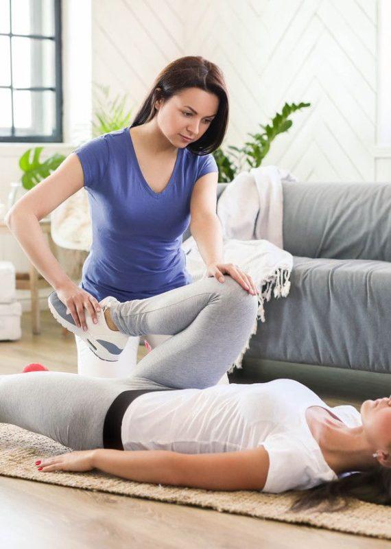 testy funkcjonalne fizjoterapia - specjalistka wykonująca test thomasa na pacjentce