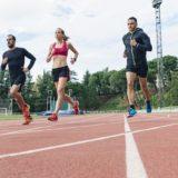 codzienne bieganie - kobieta i dwóch mężczyzn na bieżni