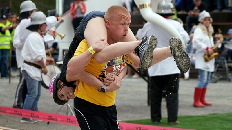 imprezy biegowe w Polsce - bieg z żoną na plecach, uczestnicy