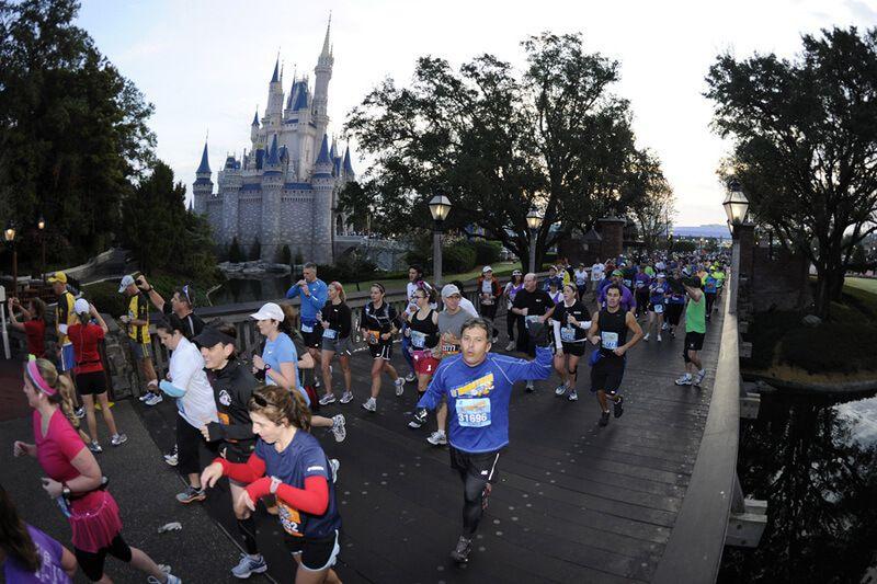 zdjęcie grupy biegaczy, ciekawa impreza biegowa w parku Disneya