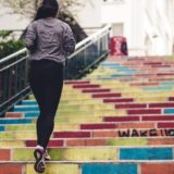 Strój do biegania damski – poznaj obowiązkowe elementy!