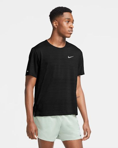 Sprzęt Nike dla biegaczy - czarna męska koszulka z krótkim rękawkiem