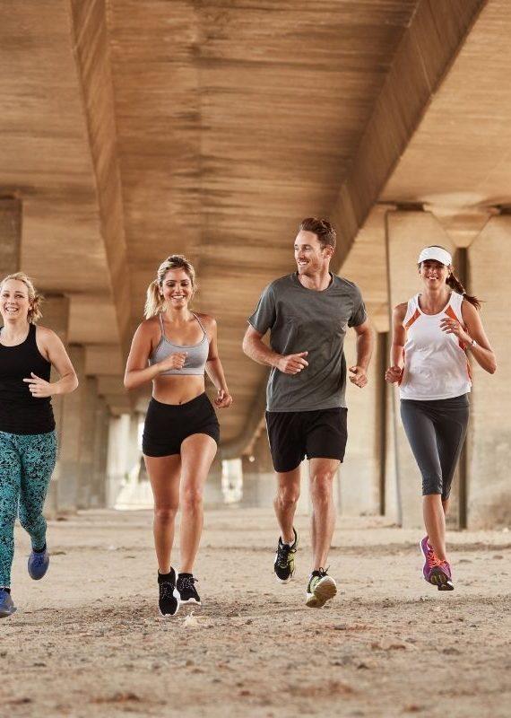 uśmiech na twarzy to jedna z korzyści z biegania